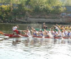 Smocze łodzie ścigały się na Motławie w szczytnym celu